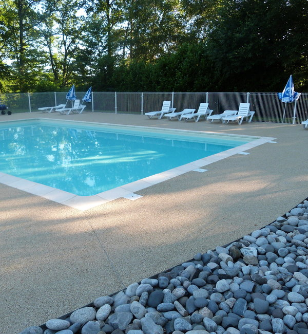 Camping cantal auvergne rives du lac st g rons for Cantal camping avec piscine
